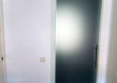 puerta-corredera-cristal-colgada-serforma