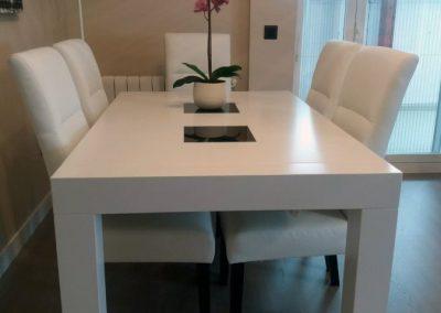 Mesa de comedor fabricada por Serforma en color blanco